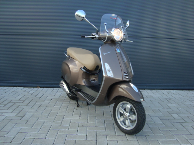 vespa primavera 50 4t 25km 2014 bruin pels scooters. Black Bedroom Furniture Sets. Home Design Ideas